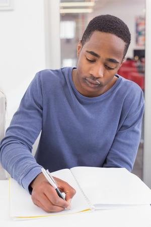 persona escribiendo: Estudiante que toma notas en clase en la universidad