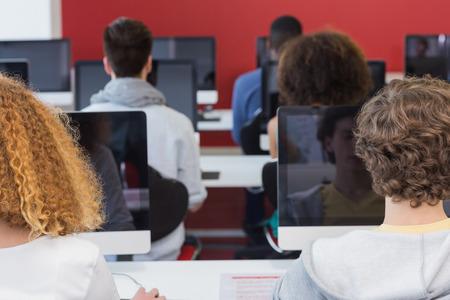 salle de classe: Les �tudiants qui travaillent en classe d'informatique � l'universit�