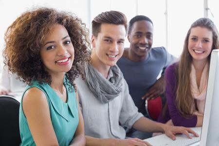 Les étudiants travaillant dans la salle informatique du collège Banque d'images - 36387292