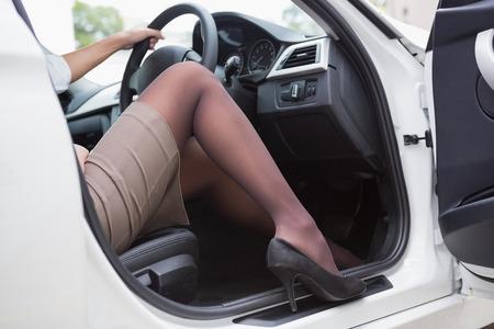 faldas: Empresaria conseguir por la puerta principal en su coche