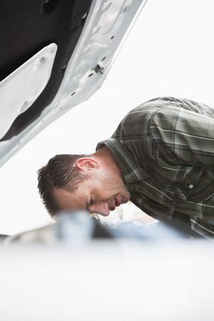 desolaci�n: Malestar empresario apoyado en su coche en un aparcamiento
