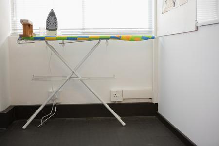 Strijkplank met een strijkijzer op de universiteit Stockfoto