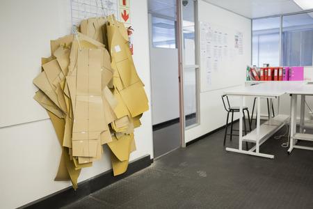 salle classe: Salle de classe vide avec bagouts accroch� sur le mur au coll�ge