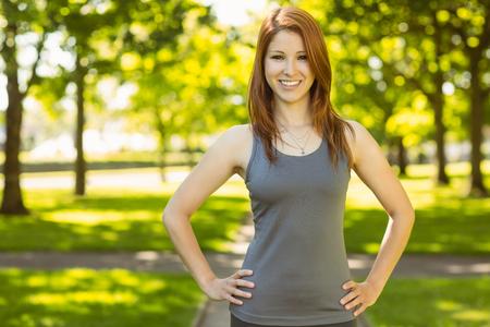 atletismo: Retrato de una bonita pelirroja sonriente en un día soleado