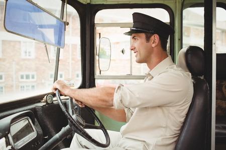 escuela primaria: Conductor Sonre�r conducir el autob�s escolar fuera de la escuela primaria
