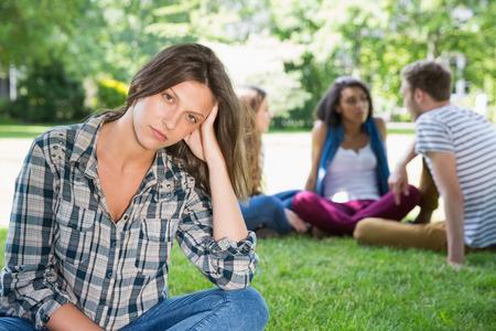 hombre solitario: Sensaci�n estudiante de Lonely excluidos en el campus de la universidad