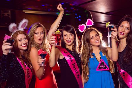 barra de bar: Amigos bonitas en una despedida de soltera en el club nocturno Foto de archivo