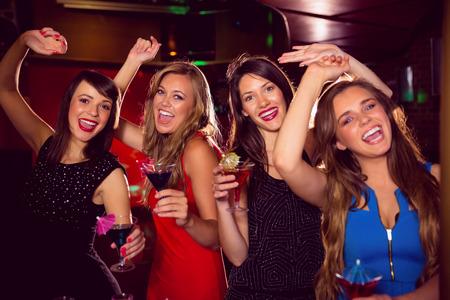 jeune fille: Jolies amis boivent des cocktails ensemble � la discoth�que