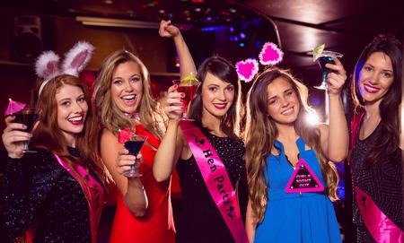 despedida de soltera: Amigos bonitas en una despedida de soltera en el club nocturno Foto de archivo