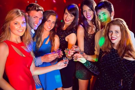 jovenes tomando alcohol: Amigos felices en una noche juntos en el club nocturno