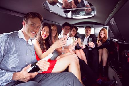 Glückliche Freunde, trinken Champagner in der Limousine auf eine Nacht Standard-Bild
