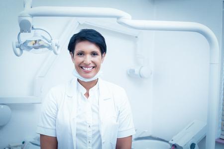 ?  ?       ?  ?      ?  ?     ?  ?    ?  ? �female: Retrato de feliz mujer dentista confianza Foto de archivo