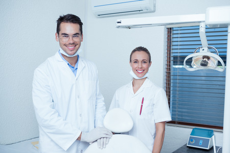 odontologo: Retrato de la sonrisa dentistas masculinos y femeninos
