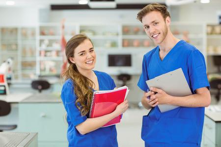 estudiantes medicina: Estudiantes de medicina j�venes sonriendo a la c�mara en la universidad