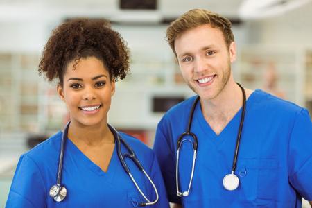 estudiantes medicina: Estudiantes de medicina jóvenes sonriendo a la cámara en la universidad