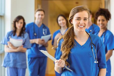 Los estudiantes de medicina sonriendo a la cámara en la universidad Foto de archivo - 36422564