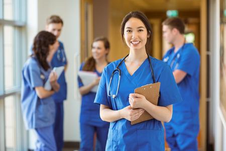 estudiantes medicina: Estudiante de medicina sonriendo a la c�mara en la universidad Foto de archivo
