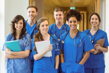 Les étudiants en médecine souriant à la caméra à l'université
