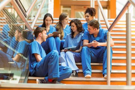 estudiantes medicina: Los estudiantes de medicina que toman un descanso en la escalinata de la universidad Foto de archivo