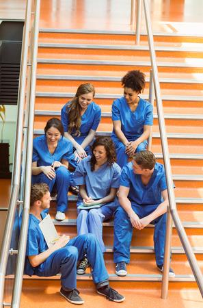 estudiantes medicina: Los estudiantes de medicina en el chat en los escalones en la universidad
