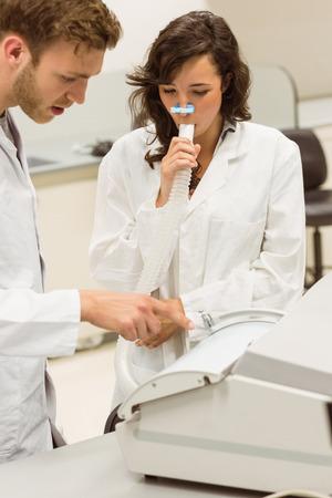 estudiantes medicina: Los estudiantes de medicina que trabajan juntos en el laboratorio de la universidad