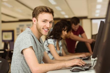 jovenes felices: Compañeros de trabajo en el aula de informática en la universidad