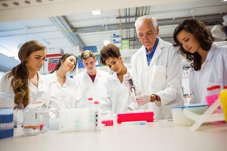 Studenten kijken docent in het lab aan de universiteit Stockfoto