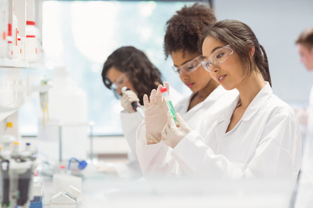 biologia: Los estudiantes de ciencias que trabajan en el laboratorio de la universidad Foto de archivo