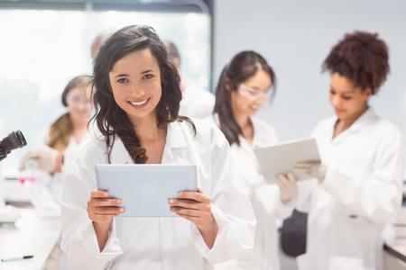 laboratorio: Estudiante de la ciencia celebraci�n de Tablet PC en el laboratorio de la universidad