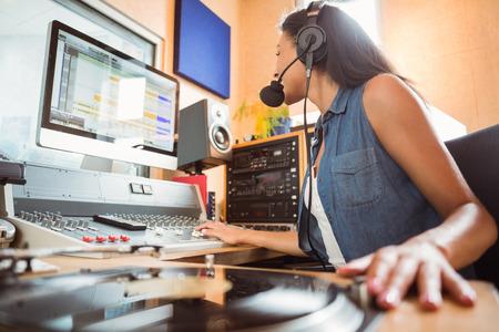 audifonos dj: Retrato de un estudiante universitario de mezcla de audio en un estudio de radio