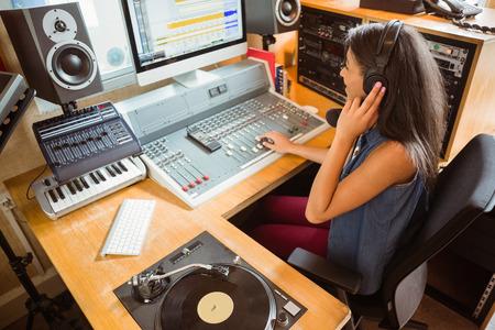 microfono de radio: Sonre�r mezcla de audio estudiante universitario en el estudio de una radio Foto de archivo