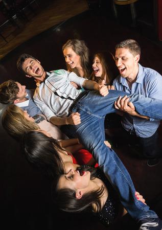 ebrio: Amigos felices que se divierten juntos en el club nocturno