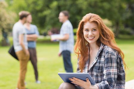 kavkazský: Docela student studuje venku na akademické půdě na univerzitě