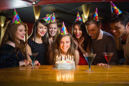joyeux anniversaire: Amis c�l�brant un anniversaire ensemble � la discoth�que Banque d'images