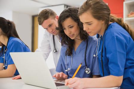 estudiantes medicina: Los estudiantes de medicina sentado y hablando en la universidad