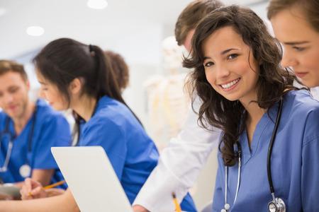 students: Estudiante de medicina sonriendo a la c�mara durante la clase en la universidad Foto de archivo
