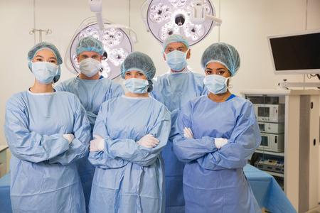 estudiantes medicina: Los estudiantes de medicina en sala de operaciones en la universidad