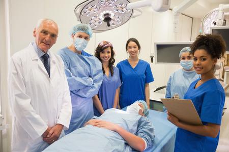 estudiantes medicina: Estudiantes de medicina y profesor sonriendo a la c�mara en la universidad