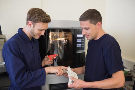 imprenta: Los estudiantes de ingenier�a utilizando 3d impresora en la universidad