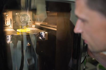 impresora: Ingeniería estudiante usando 3d impresora en la universidad