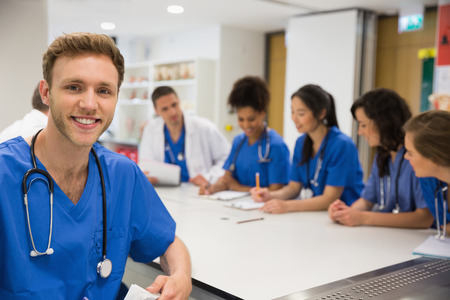 Estudiante de medicina sonriendo a la cámara durante la clase en la universidad Foto de archivo - 36419409