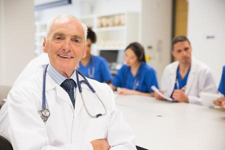 profesor: Profesor de Medicina sonriendo a la c�mara durante la clase en la universidad Foto de archivo
