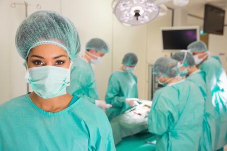 estudiantes medicina: Los estudiantes de medicina que practican cirug�a en el modelo de la universidad Foto de archivo