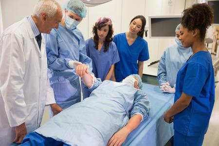 estudiantes medicina: Los estudiantes de medicina de aprendizaje de profesor en la universidad
