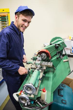 maquinaria pesada: Estudiante de Ingeniería con maquinaria pesada en la universidad