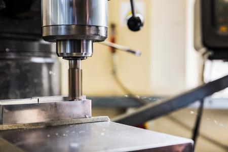 heavy machinery: Taladro grande con maquinaria pesada en la universidad