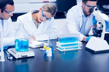 laboratorio: Los estudiantes de ciencias que trabajan juntos en el laboratorio de la universidad Foto de archivo