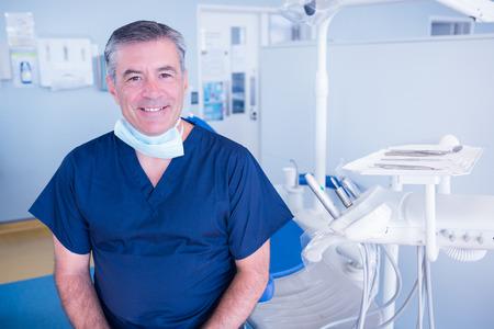 Dentiste souriant à la caméra à côté chaise à la clinique dentaire Banque d'images - 36421150