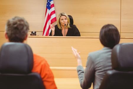 Rechter en advocaat bespreken van de straf voor gevangene in de rechtszaal Stockfoto - 44767184