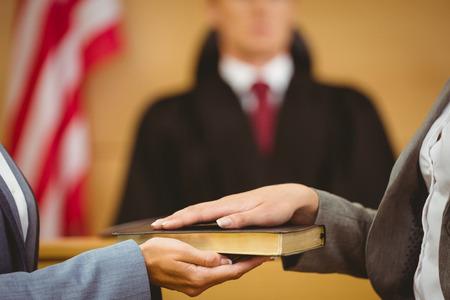 court order: Testigo de jurar sobre la Biblia dice la verdad en la sala del tribunal